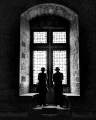 ART WATCHING IN MODERN TIMES (bhs-photo) Tags: bnw monochrome noiretblanc schwarzweis artwatching avignon palaisdespapes street historicalplace