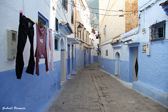 Una calle de Chaouen (Gabriel Bermejo Muñoz) Tags: chauen xauen chefchauen chaouen shifshawen chefchaouen marruecos morocco maroc rif maghreb arabe arabic islam arab travel gabrielbermejomuñoz africa zoco souk souq exotic exotico bereber medina color colorido colorful colours islamic islamico market mercado puerta gate door calle street casa house escalera escalones ladder stairs steps azul blue blanco white luz light sombra shadow perspectiva perspective ventana window montaña mountain canon viaje callejon alley calleja tendido tended tender tend