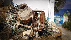 Garten Eden - hintenrum (Nilfisk) Tags: matala kreta betonmischer zementmischer mischmaschine meer sea concretemixer cementmixer