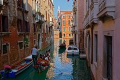 Venezia / Le due gondole (Pantchoa) Tags: venise italie rio gondoles deux gondoliers touristes canal eau reflets