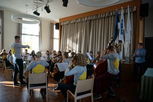 VHK orkester ja dirigent Rasmus Puur Jõgevamaa Gümnaasiumis. Foto: Birgit Käärik