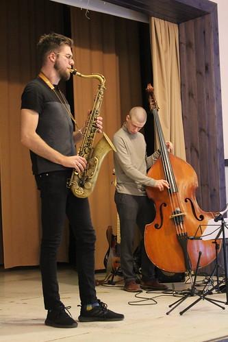 Tobias Tammearu (saksofon), Kristjan-Robert Rebane (kontrabass), Martin Petermann (trummid) Kadrina Rahvamajas