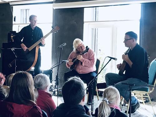 Mandoliinimängijad Joosep Sang, Robert Kreutzwald ja Kalev Sinisaar Rapla kultuuriklubis BAAS