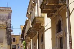 1080 Sicile Juillet 2019 - Palazzolo Acreide, les balcons (paspog) Tags: palazzoloacreide sicile sicily sicilia juli juillet july 2019