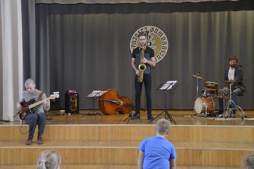 Tobias Tammearu (saksofon), Kristjan-Robert Rebane (kontrabass), Martin Petermann (trummid) Vinni-Pajusti gümnaasiumis. Foto: Margo Müller