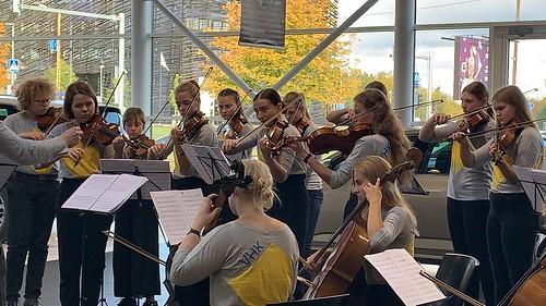 VHK orkester ja dirigent Rasmus Puur ABC Motorsi esinduses