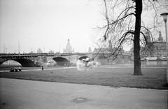 Augustusbrücke Dresden (Veit Schagow) Tags: dresden schwarzweissfilm agfaapx400 agfa apx400 bnw blackandwhite augustusbrücke königsufer elbe terrassenufer