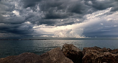 jlvill  239  Nubes amenazantes (jlvill) Tags: nubes borrascas mar piedra cielo rocas bahia 1001nightsthenew