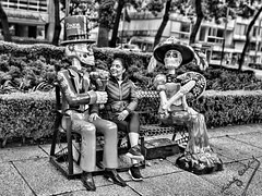 day of the Dead (Ing. Cuevas) Tags: blancoynegro paseo fiesta celebracion banca parque calle muñecos gente mujer fotocallejera funny casual ciudad diversion doming people blackandwhite bnw skull bench awesome streetphoto fun street woman park dayofthedead arboles