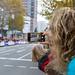 Eine Dame nimmt den Frankfurter Marathon auf mit ihrem Smartphone