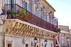 1087 Sicile Juillet 2019 - Palazzolo Acreide, Via Garibaldi, Le plus long balcon de la Ville (paspog) Tags: palazzoloacreide sicile sicily sicilia juli july juillet 2019 balcon balcony balkon viagaribaldi