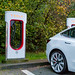 Tesla Aufladestationen unbenutzt und benutzt auf einem Parkplatz