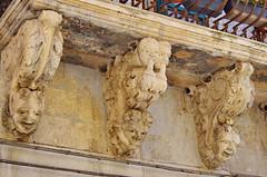 1088 Sicile Juillet 2019 - Palazzolo Acreide, Via Garibaldi, Le plus long balcon de la Ville (paspog) Tags: palazzoloacreide sicile sicily sicilia juli july juillet 2019 balcon balcony balkon viagaribaldi