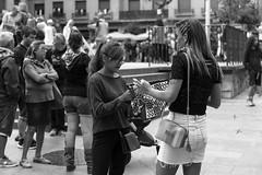 comprando pañuelos de fiestas (Samarrakaton) Tags: samarrakaton 2019 nikon d750 astenagusia fiestaspopulares bilbao bilbo bizkaia gente people mujer woman byn bw blancoynegro blackandwhite monocromo fiestas semanagrande