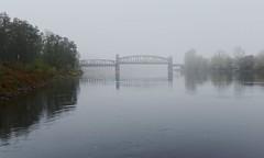 An der Grenze zum Nirgendwo (chipdetty) Tags: magdeburg landeshauptstadt brücke bridge hubbrücke liftbridge nebel fog foggy mist herbst analog elbe wasser