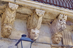 1091 Sicile Juillet 2019 - Palazzolo Acreide, Via Garibaldi, Le plus long balcon de la Ville et ses nids d'hirondelles (paspog) Tags: balkon balcon balcony palazzoloacreide sicile sicily sicilia viagaribaldi juli july juillet 2019
