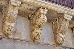 1090 Sicile Juillet 2019 - Palazzolo Acreide, Via Garibaldi, Le plus long balcon de la Ville et ses nids d'hirondelles (paspog) Tags: balkon balcon balcony palazzoloacreide sicile sicily sicilia viagaribaldi juli july juillet 2019