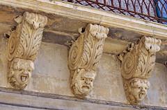 1089 Sicile Juillet 2019 - Palazzolo Acreide, Via Garibaldi, Le plus long balcon de la Ville et ses nids d'hirondelles (paspog) Tags: balkon balcon balcony palazzoloacreide sicile sicily sicilia viagaribaldi juli july juillet 2019