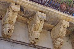 1094 Sicile Juillet 2019 - Palazzolo Acreide, Via Garibaldi, Le plus long balcon de la Ville et ses nids d'hirondelles (paspog) Tags: sicile sicily sicilia juli july juillet 2019 palazzoloacreide viagaribaldi balcon balcony balkon
