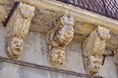 1093 Sicile Juillet 2019 - Palazzolo Acreide, Via Garibaldi, Le plus long balcon de la Ville et ses nids d'hirondelles (paspog) Tags: sicile sicily sicilia juli july juillet 2019 palazzoloacreide viagaribaldi balcon balcony balkon