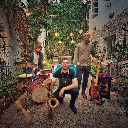 Tobias Tammearu (saksofon), Kristjan-Robert Rebane (kontrabass), Martin Petermann (trummid) Moe peenviinavabrikus