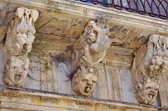 1092 Sicile Juillet 2019 - Palazzolo Acreide, Via Garibaldi, Le plus long balcon de la Ville et ses nids d'hirondelles (paspog) Tags: sicile sicily sicilia juli july juillet 2019 palazzoloacreide viagaribaldi balcon balcony balkon