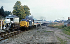 A replacement station was provided adjacent to the A483 when it was improved, this shows the earler alignment.....1J18 37431 07-25 Birmingham NS-Aberystwyth Welshpool 27-09-1986 (the.chair) Tags: 1j18 37431 0731birmingham new staberystwyth approacing original welshpool stn sept 1986
