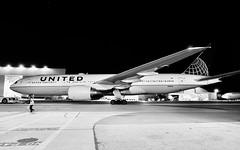 United Airlines 2000 Boeing 777-200 N215UA c/n 30221 at San Francisco Airport 2019. (17crossfeed) Tags: unitedairlines unitedexpress boeing 777 777200 n215ua 30221 airport airplane aviation aircraft 17crossfeed claytoneddy claytoneddy90 flying flight landing 787 747 737 tower takeoff taxi