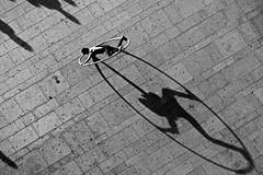 The (almost) Vitruvian man (Rosetta Bonatti (RosLol)) Tags: oporto porto portogallo portugal rosettabonatti roslol shadow ombra bw blackandwhite biancoenero street streetphotography artist streetartist