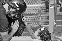 MILANO. AMORE PER IL CAVALLO (Salvatore Lo Faro) Tags: milano lombardia italia bianco nero black white cavallo poliziotto bambina carezza salvatore lofaro nikon 7500