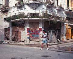 Streets of Havana - Cuba (IV2K) Tags: havana habana lahabana cuba cuban cubano kuba caribbean mamiya mamiya7 mamiya7ii mediumformat kodak kodakfilm kodakektar kodakektar100 kodakusa centrohavana habanavieja oldhavana ishootfilm istillshootfilm