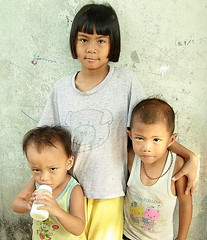 sister with baby brothers (the foreign photographer - ฝรั่งถ่) Tags: sister girl child baby brothers khlong thanon portraits bangkhen bangkok thailand canon