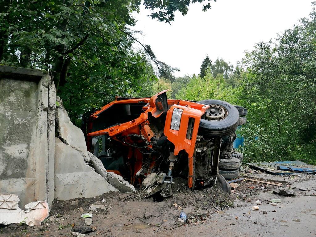 фото: catastrophic car accident