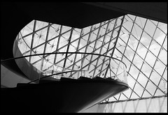 Pyramid Spiral (Nrbelex) Tags: canon dslr 5dmkiii nrbelex ef2470mm 2470mmf28 2470mm 2470mml 5diii building architecture bw black white blackandwhite blackwhite paris france louvre louvremuseum muséedulouvre pyramid museum stairs staircase spiralstaircase