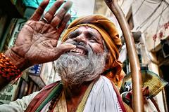 Hey! (Varanasi) (Ma Poupoule) Tags: varanasi bénarés bénarès inde india porträt portrait ritratti ritratto dents teeth sourire smile barbe barbu street rue