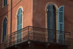 Un balcon à Verone *----+° (Titole) Tags: balcony verona titole nicolefaton shutter colorful façade wall corner metal
