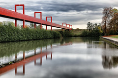 Axe Majeur (erichudson78) Tags: france iledefrance valdoise cergy axemajeur oise river longexposure poselongue reflets reflection pont passerelle bridge footbridge canonef24105mmf4lisusm canoneos6d rouge red automne autumn modernarchitecture architecturemoderne perspective water eau filtrend ndfilter