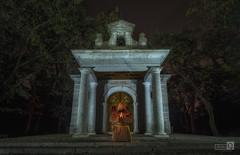 El monje (JoseQ.) Tags: monje oracion ermita iglesia rezo fraile cura capilla nocturna lights luces iluminacion elescorial noche largaexposicion