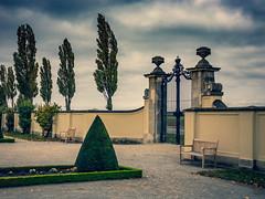 Schloss Niederweiden, Niederösterreich, castle Niederweiden, Lower Austria (fritz polesny) Tags: canon6d 2 garden 50mm 5 baroque barock niederösterreich loweraustria marchfeld door sky himmel tor