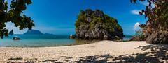 Island in the sun (Jörg Kage) Tags: asien thailand nationalparkmukoangthong travel reisen meer sea strand sand beach felsen fels rock boot himmel sky baum tree canon clouds wolken wasser water canonlens canoneos700d eos700d