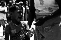 (steveannovazzi) Tags: srilanka batticaloa kid crying cry bw bn blackandwhite beach people portrait family