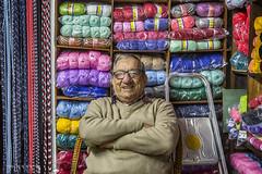 Vendedor de Lanas en Colonia Uruguay (Marina-Inamar) Tags: señor vendedor trabajador colonia uruguay lana colorido textura anteojos gafas baron sujeto hombre persona