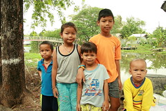 children next to canal (the foreign photographer - ฝรั่งถ่) Tags: children kids four boys girl khlong thanon portraits bangkhen bangkok thailand canon