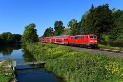 111 044-4 DB I RE 4062 I Volkmannsdorf (8885) (CNL 482) Tags: br111 baureihe111 1110444 re4062 kbs930 isar amper brücke wehr stauwehr volkmannsdorf moosburg wasser water fluss river deutschebahn dbregiobayern nahverkehr regionalzug doppelstockwagen dosto iamnikon nikond750 nikon d750 eisenbahn zug train eisenbahnfotografie trainspotting green grün rot red rouge verkehrsrot einholstromabnehmer blumen flowers steg balu blue sky himmel db fx worldtrekker