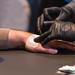 Digitalisierung geht unter die Haut: Implantieren eines NFC Chips zwischen Zeigefinger und Daumen