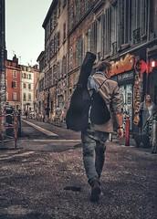 Le guitariste. (streetspirit13) Tags: colorstreet streetphotographer streetpassionaward marseillestreet capturestreet streetphotography musicien streetscene