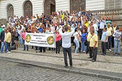 DSC01126 - Taxi Demonstration (archer10 (Dennis)) Tags: demonstration taxi rio brazil sony a6300 ilce6300 18200mm 1650mm mirrorless free freepicture archer10 dennis jarvis dennisgjarvis dennisjarvis iamcanadian novascotia canada riodejaneiro globus police uber