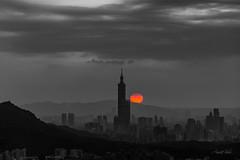 汐止。天秀宮。101串夕陽 (crazychuo) Tags: 101 sunset sun skyline city taipei nightview yellow red orange bw 汐止 天秀宮 串丸子 夕陽 紅日 夕彩 斜射光 耶穌光 晨昏 風景 色溫 夜景 長焦