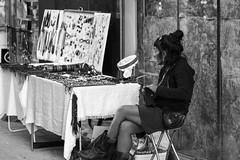 esperando a vender (Samarrakaton) Tags: 2018 byn bw blancoynegro blackandwhite monocromo mujer woman chica girl samarrakaton nikon d750 2470 gente people street callejera urban urbana galdakao bizkaia fiestas jaiak