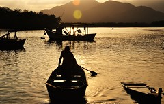 Silhuetas (Ruby Augusto) Tags: barcos boats silhuetas silhouettes lake lago sunset pôrdosol fisherman pescador